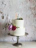 Vit bröllopstårta med bruden och brudgummen Figure Topper Royaltyfria Bilder