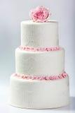 Vit bröllopstårta med rosa färgrosen Arkivfoton