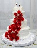 Vit bröllopstårta med svanar royaltyfri foto
