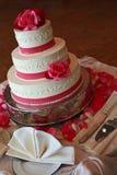 vit bröllopstårta på en tabell Royaltyfria Foton