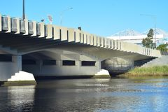 Vit bro över floden i Melbourne royaltyfri fotografi