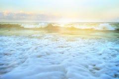 Vit bubblar på stranden vid vågor Royaltyfria Bilder