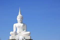 Vit Buddha i skyen Arkivfoton