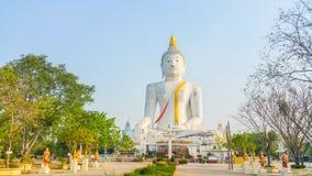 Vit Buddha i Suphanburi, Thailand Arkivfoton