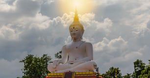 Vit Buddha med sol- Royaltyfri Foto