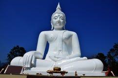 Vit Buddha på Kanchanaburi Thailand Royaltyfria Foton