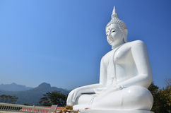 Vit Buddha på Kanchanaburi Thailand Arkivfoto