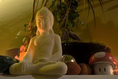 Vit Buddha, rolig champinjon och gömda Jesus Royaltyfria Bilder