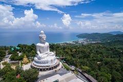 Vit buddha staty överst av berget med blå himmel i Phuk Royaltyfria Bilder