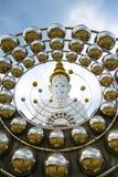 Vit buddha staty i fredstället Royaltyfria Bilder