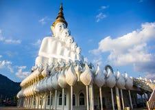 Vit buddha staty och blå himmel Royaltyfri Foto