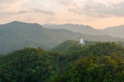 Vit buddha staty på berget Fotografering för Bildbyråer
