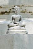 Vit buddha staty på vit bakgrund Royaltyfria Foton