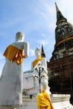 Vit Buddhastaty och Stupa Arkivfoton