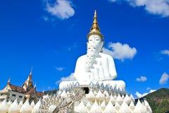 Vit Buddhastaty på den Phasornkaew templet Arkivfoton