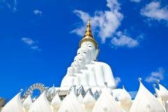 Vit Buddhastaty på den Phasornkaew templet Royaltyfri Foto