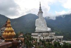 Vit buddhism sitter och meditationen Clound och den bergPha sonen Keaw Phetchabun Thailand Royaltyfria Bilder