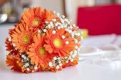Vit bukett av blommabruden som är orange och arkivbild