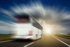 Vit buss i omkörning för rörelsesuddighet på huvudvägen Royaltyfria Bilder