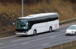 Vit buss i rörelse Arkivfoto