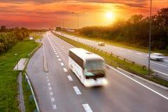 Vit buss i rusningstiden på huvudvägen Arkivfoton