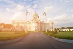 Vit byggnad för biskopsstolThailand regering arkivfoto