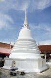 Vit chedi av den Wat Pa Mok Worawihan templet Royaltyfri Foto