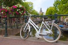 Vit cykel i Amsterdam Royaltyfri Fotografi