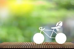 Vit cykel, naturlig grön bakgrund - begrepp av global uppvärmning- och sparandepengar arkivbild