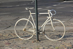 Vit cykel som en monument Royaltyfri Bild
