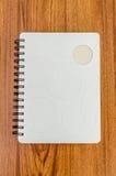 Vit dagbok på den wood tabellen Arkivbild