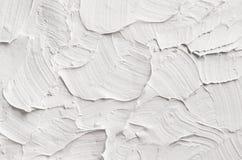 Vit dekorativ abstrakt murbruktextur med texturerade sudd Arkivbild