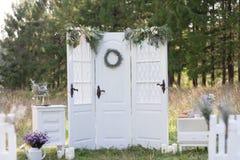 Vit dekorerad dörr Arkivbilder
