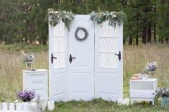 Vit dekorerad dörr Royaltyfri Foto
