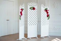 Vit delikat dekorativ wood panel i klassisk inre Budoarbrölloprum Retro vikningskärm med blommor arkivbild