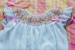 Vit dopklänning för en flicka Arkivbilder