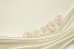 Vit draperat tyg med blommor Royaltyfri Foto