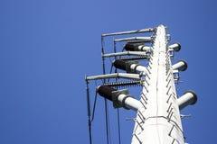 Vit elektricitetsstolpe arkivbild