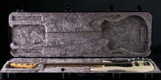 Vit elektrisk elbas i svart påse för lädergitarrfall Arkivbild
