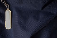 Vit etikett med den guld- ramen på den svarta ryggsäcken för bakgrund royaltyfri fotografi