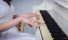 Vit färg för piano Arkivfoto