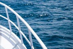 Vit färjaräcke mot det blåa havet royaltyfri fotografi