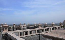 Vit för blå himmel fördunklar arkitektur royaltyfria bilder
