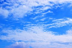 Vit för blå himmel fördunklar bakgrund 171017 0126 Royaltyfria Foton