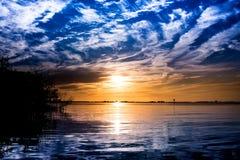 Vit för blåa himlar fördunklar seascape Royaltyfria Bilder