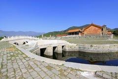 Vit för hålsten för marmor tre bro i de östliga kungliga gravvalven Royaltyfri Foto