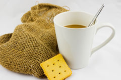 Vit för kaffekoppar och hampasäckväv Arkivbilder
