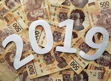 vit för nummer 2019, på mexikanska räkningar av 500 pesos, bakgrund och textur Royaltyfri Fotografi