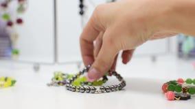 Vit för smyckengräsplansvart, halsband och armbandcloseup stock video