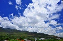 Vit fördunklar över berget arkivfoto